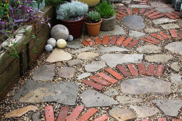Recycled brick water permeable walkway