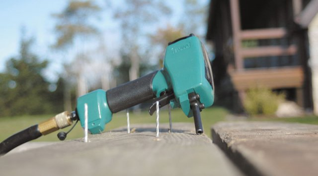 The nail puller Pneumatic tool for reclaiming old lumbe