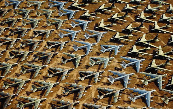 """The Boneyard"" in Arizona, the world's biggest aircraft graveyard"